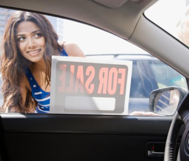 Mujer comprando un coche