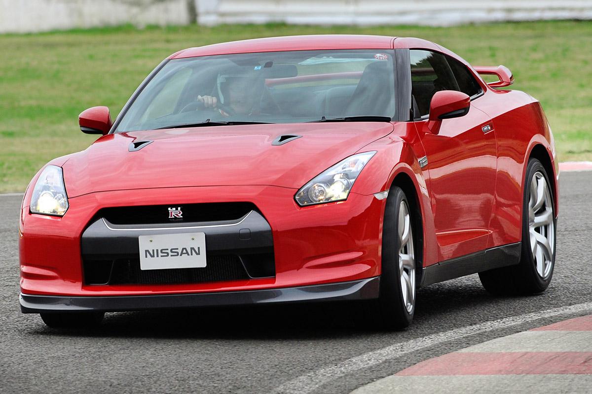 Nissan GT-R curva