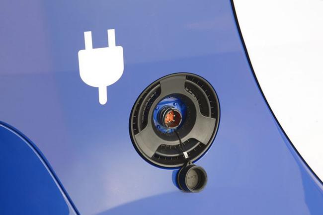 Mitsubishi i-MiEV azul toma eléctrica