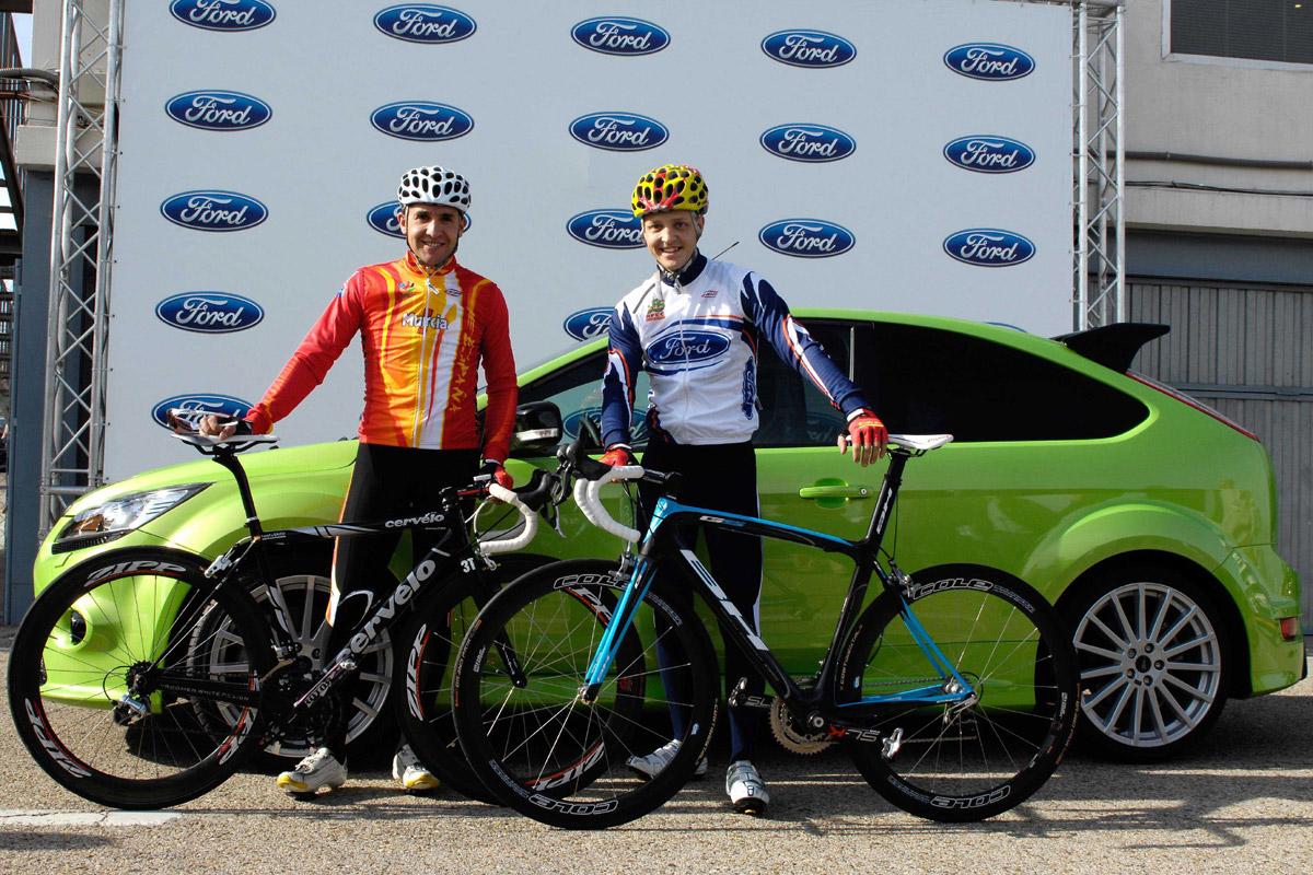 Mikko Hirvonen y Carlos Sastre en bici posando