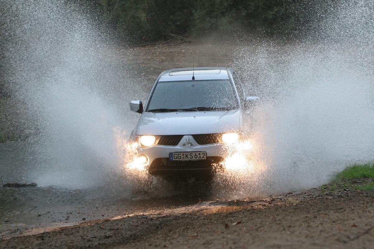 Mitsubishi L200 2010 vista en agua