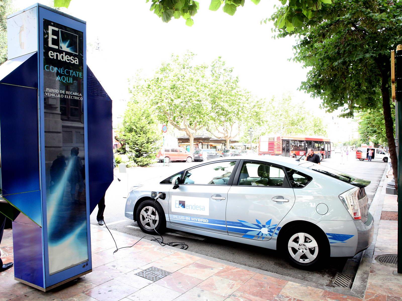 foto de punto de recarga de vehículo eléctrico