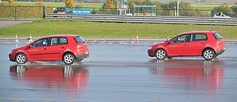 A la izquierda, vehículo con ruedas Wanli, a la derecha otro equipado con Goodyear