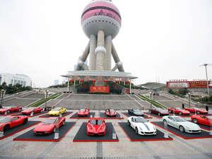 Más de 15 Ferrari delante de la Oriental Pearl Tower