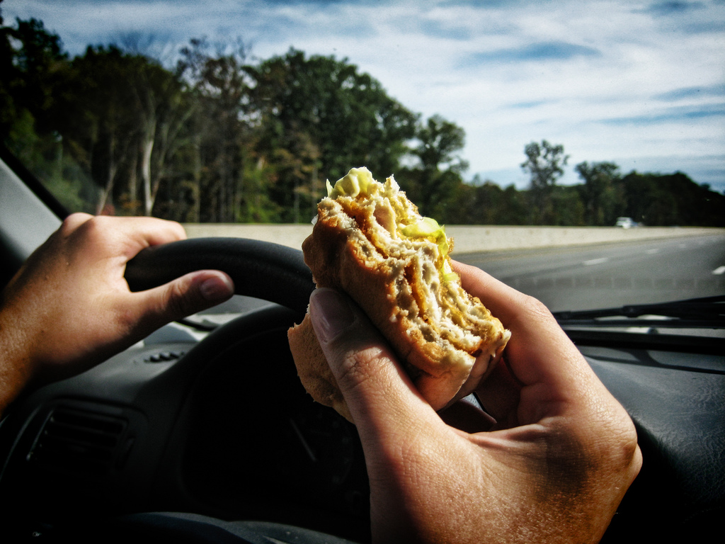 Resultado de imagen de comer en el coche