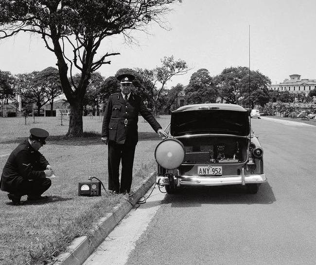Radar set in operation at Sydney University, Sydney. Walter Tuchin, 1954