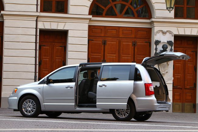 Lancia_Voyager_2012_24