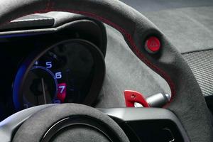 """Botón """"Push to Pass"""" en el volante, similar al KERS de la F-1"""