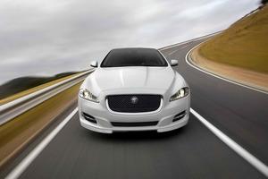 """El Jaguar XJ parece querer """"comerse"""" la carretera..."""