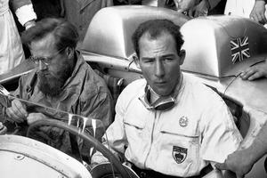 Stirling Moss, recordman absoluto, con una velocidad promedio de 157,650 km/h, a bordo de su Mercedes-Benz 300 SLR Spyder