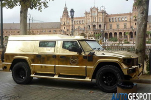 """Un Dartz Kombat T-98 """"de oro"""" con la plaza de España al fondo"""