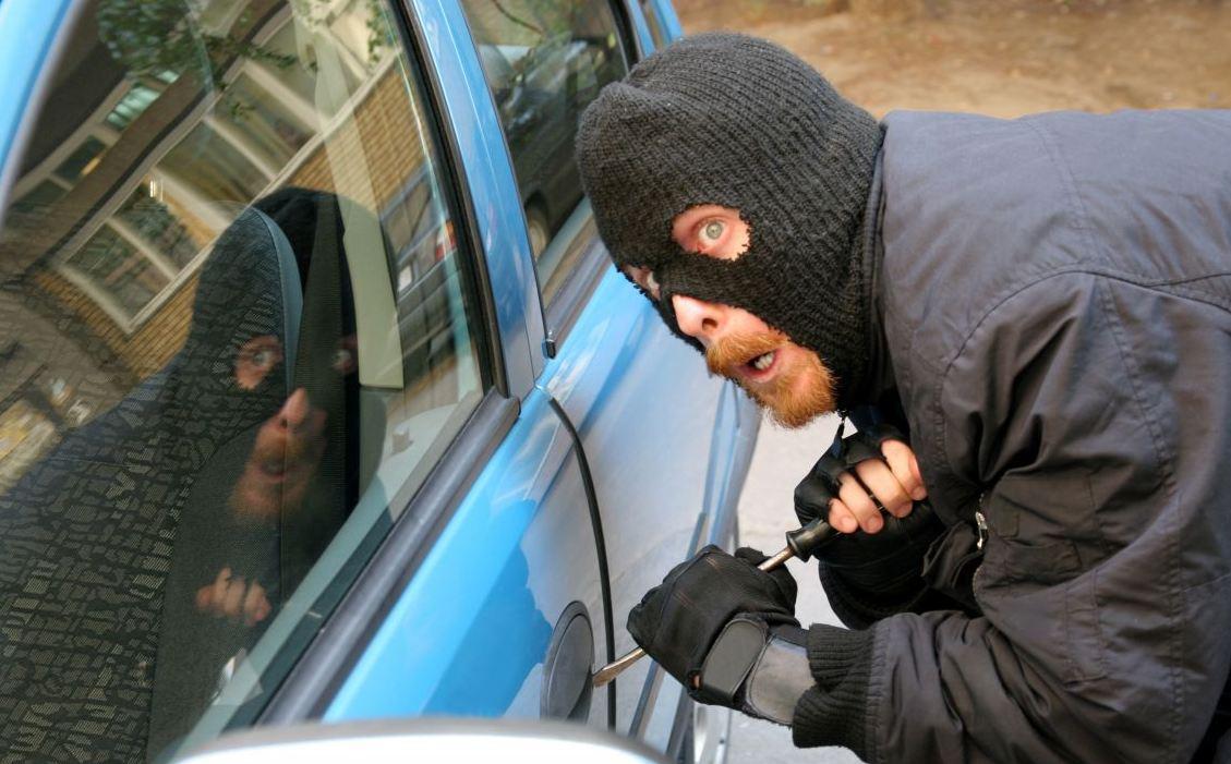 Resultado de imagen de robando un coche