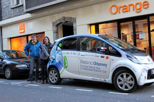 """Gracias a las """"redes sociales"""" un grupo de """"pluggers"""" cederán una toma de corriente eléctrica para recargar el vehículo"""