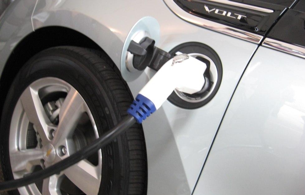 coche electrico recargando