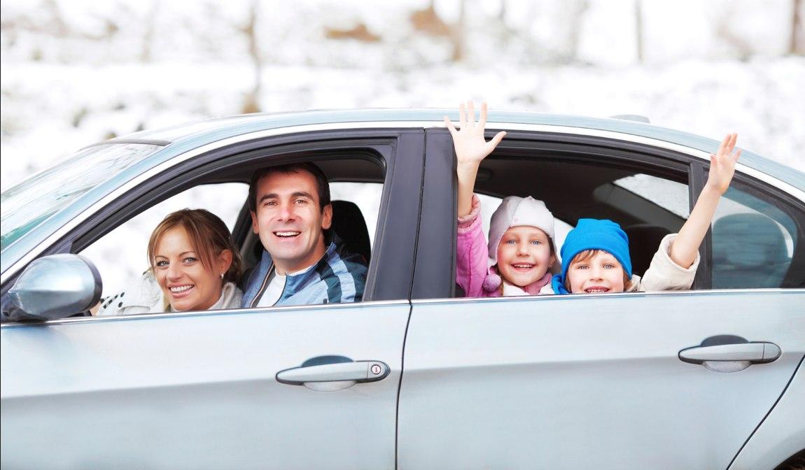 familia viaje coche