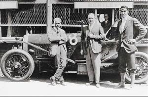 """Los """"Bentley Boys"""" con el modelo ganador de las 24 Horas de Le Mans de 1924"""