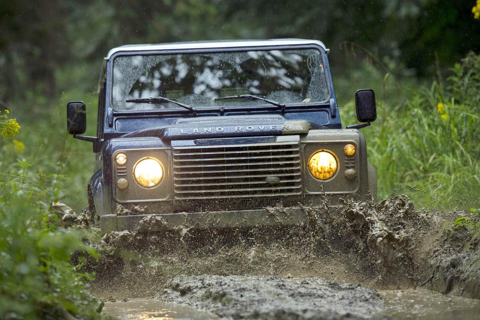 Land_Rover_Defender_2013_09
