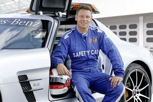 """El piloto alemán Bernd Mayländer sentado en su """"coche de empresa"""""""