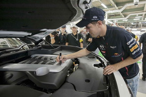 Sebastian Vettel firmando en el propulsor de 420 CV