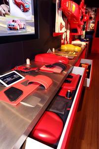 El cliente puede acudir a Maranello y escoger entre numerosas muestras de materiales, tratamientos y colores