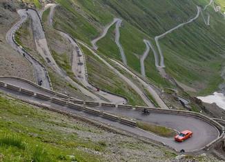 Dodge en Stelvio 650x379 Nueve grandes carreteras para disfrutar conduciendo