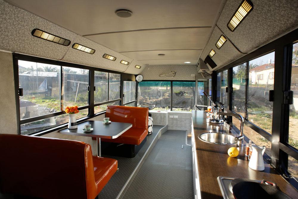el viejo autob s israel convertido en casa de lujo. Black Bedroom Furniture Sets. Home Design Ideas