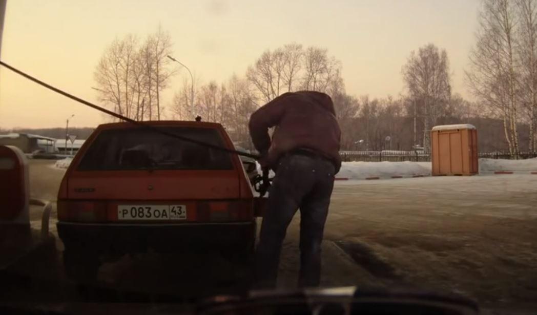 ruso repostando gasolina
