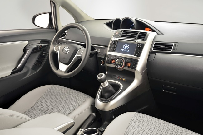 Toyota Verso 2014 21 interior