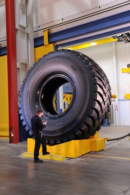 neumatico gigante Goodyear 63 pulgadas 1