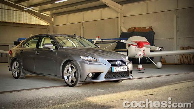 Lexus_IS_300h_03
