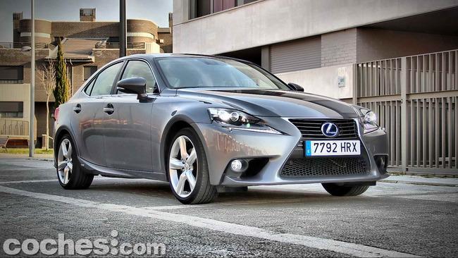 Lexus_IS_300h_05