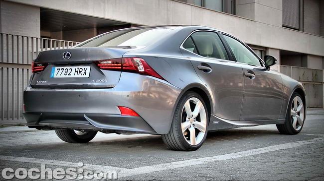 Lexus_IS_300h_06
