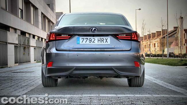 Lexus_IS_300h_07