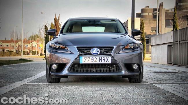 Lexus_IS_300h_09