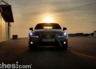 Lexus_IS_300h_12