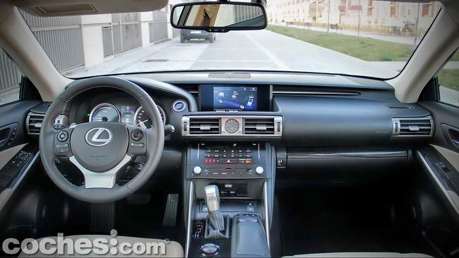 Lexus_IS_300h_14