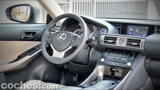 Lexus_IS_300h_22