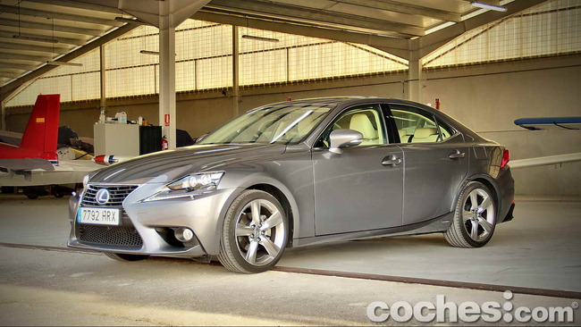 Lexus_IS_300h_49