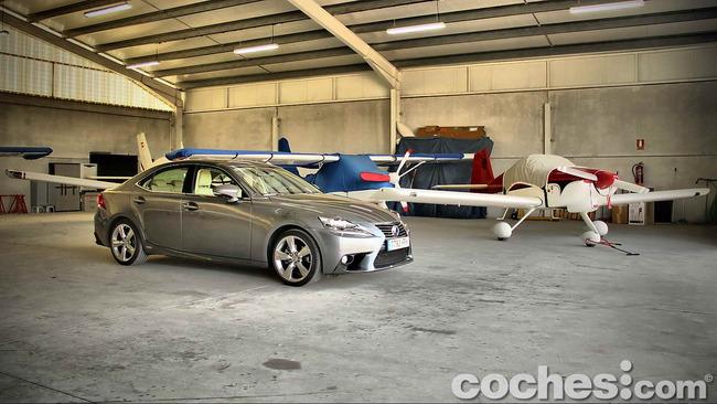Lexus_IS_300h_52