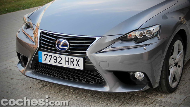 Lexus_IS_300h_71