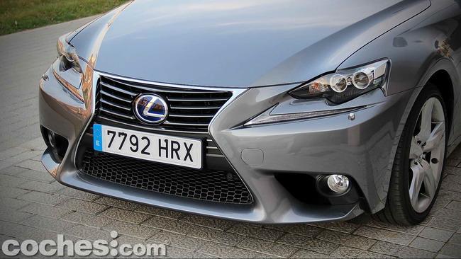 Lexus_IS_300h_71