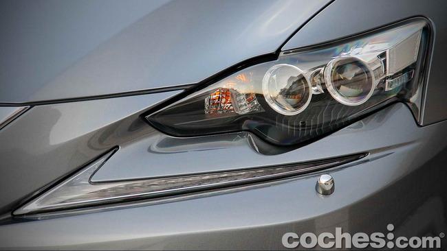 Lexus_IS_300h_72