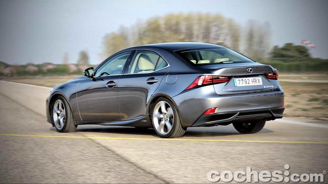Lexus_IS_300h_73
