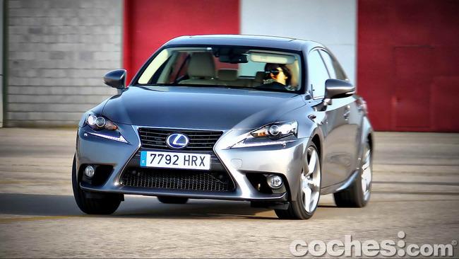 Lexus_IS_300h_74