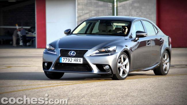 Lexus_IS_300h_76