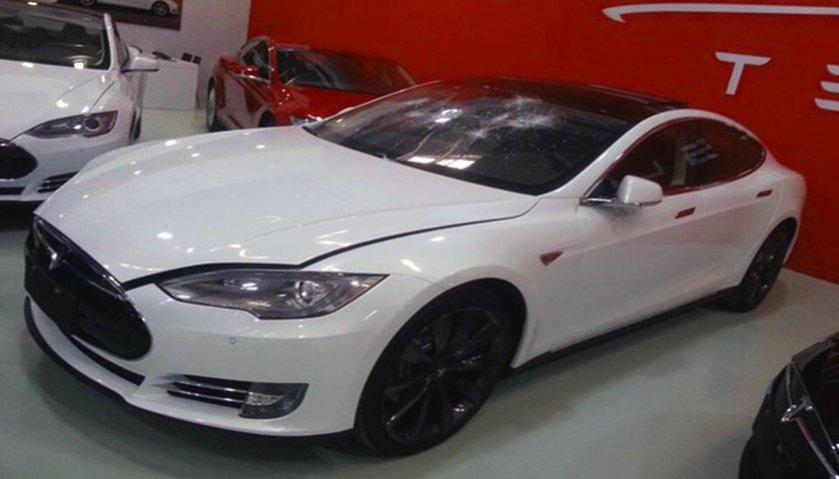Tesla Model S destrozo China