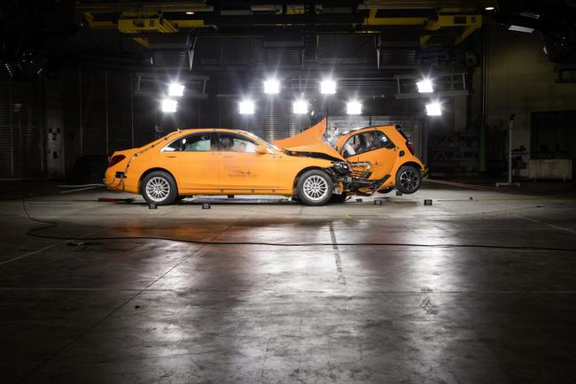 Crash test smart vs mercedes clase s