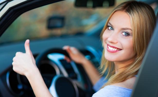 chica joven conducir