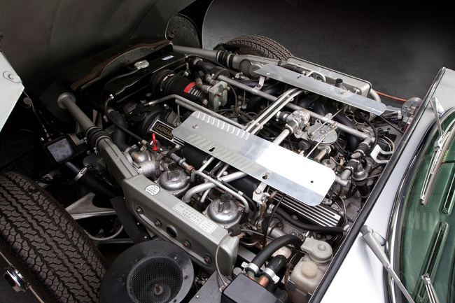 Jaguar E-Type V12 (1)