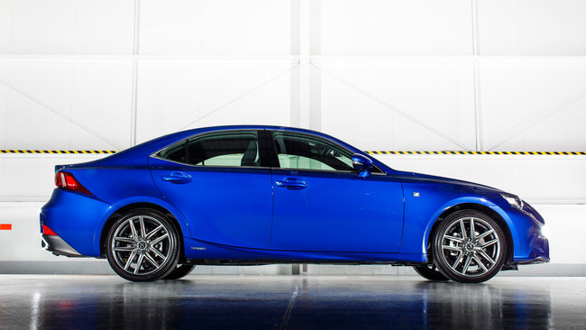 Lexus IS 300h 2015 02